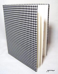 Ręcznie oprawiony kalendarz książkowy na rok 2016.  Kalendarz w formacie A4 oprawiony tkaniną w biało-czarną pepitkę, szyty z tasiemką oraz kapitałką w kolorze kremowym.  Układ tygodniowy: 1...