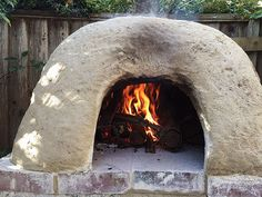 This easy-to-construct, DIY clay oven fires up quickly and stays hot for days. Cook dinner at night and bake bread in the morning with its stored heat. Oven Diy, Diy Pizza Oven, Pizza Oven Outdoor, Wood Fired Oven, Wood Fired Pizza, Ceramic Insulation, Bread Oven, Outdoor Stove, Clay Oven