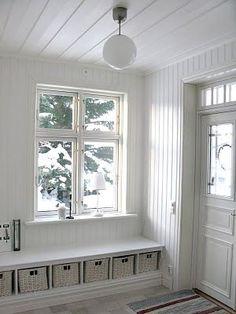 Den här storleken borde gå att få till. Med lite mer vägg till höger om fönstret kan jackor hängas där. Eg jackor/högskåp i alla 4 hörn.