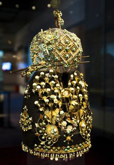 Gold crown of Princess Li Chui in Tang dynasty, conserved and restored under the cooperation of both Chinese and German archaeologists. This gold crown is beset with agate, pearl, turquoise, colored glaze, mother-of-pearl and so on. 唐代李倕公主金冠