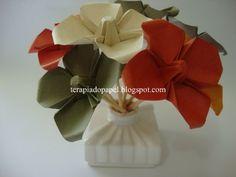 aromatizador de ambientes em forma de arranjo com flores de origami. Origami 3d, Origami Tutorial, Paper Dolls, Asian Recipes, Gift Wrapping, Drawings, Flowers, Flower Arrangements, Floral Arrangements
