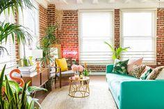 inspiracao-do-dia-sala-de-estar-com-toques-da-selva-e-cores-vibrantes