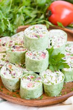 These Creamy Greek Salad Pinwheels are a delicious appetizer made with tangy Feta cheese, Kalamata olives, crunchy cucumbers, juicy tomatoes and oregano. #greeksalad #appetizer Finger Food Appetizers, Yummy Appetizers, Appetizers For Party, Appetizer Recipes, Christmas Appetizers, Greek Appetizers, Appetizer Ideas, Easy Pinwheel Appetizers, Pinwheel Recipes
