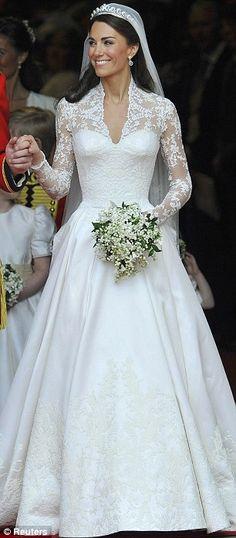 Observe que a nova princesa está segurando seu buquê bem centrado. Você pode ver as flores,  o corpete do vestido e o rosto da noiva.