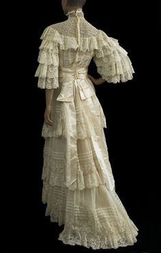 Valenciennes lace wedding dress from the Vintage Textile archives.Not a huge fan of all the ruffles, but it's still amazing :) Vintage Outfits, Vintage Gowns, Vintage Bridal, Vintage Costumes, Dress Vintage, Vintage Lace, 1890s Fashion, Edwardian Fashion, Edwardian Dress