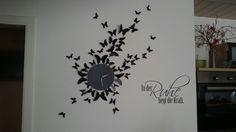 Uhr mit Schmetterlingen