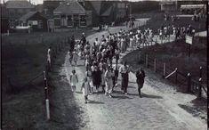 Wandelende mensen tijdens een vossenjacht te Domburg. - 1936