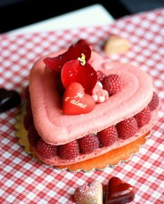 Rose Raspberry Macarons Recipe #macarons #valentines #recipe