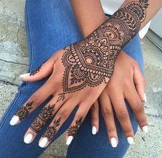 tattoo manchette, tatouage poignet et doigts tatoués, vernis à ongles blanc