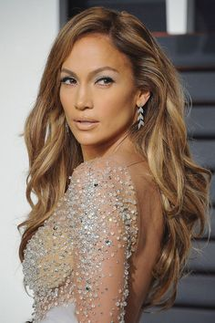 Jennifer Lopez looks ageless, but she'll soon turn She is definitely a mature (and soon-to-be-married) woman, and she has frank opinions Long Haircuts With Bangs, Haircuts For Wavy Hair, Long Hair Cuts, Long Hair Styles, Tiger Eye Hair Color, Hair Colour, Jennifer Lopez Hair Color, Hair Color Guide, Violet Evergarden