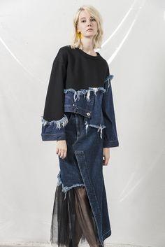 AULA Source by elvanrana fashion Ropa Upcycling, Estilo Unisex, Artisanats Denim, Denim Pullover, Denim Fashion, Womens Fashion, Diy Clothes Refashion, Mode Jeans, Denim Ideas