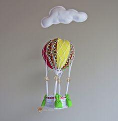 Móbile de balão para teto. <br>MODELO EXCLUSIVO TERA ARTES <br> <br> Confeccionado em tecido 100% algodão e enchimento de fibra siliconada. <br>Deixa o quarto do seu bebê alegre e divertido. <br>Podemos personalizar de acordo com o seu gosto. <br>Cor, estampa e tamanho <br>Consulte-nos