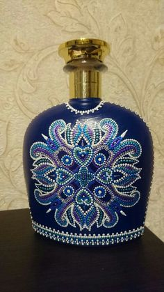 Botella con puntillismo Glass Bottle Crafts, Wine Bottle Art, Lighted Wine Bottles, Diy Bottle, Glass Bottles, Vase Crafts, Beaded Boxes, Dot Art Painting, Antique Perfume Bottles