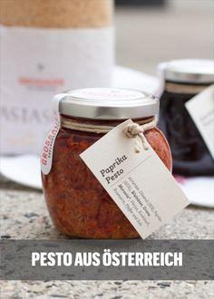 Beste Zutaten von regionalen Bauern sind die Grundlage der Pesti von Grossauer. Sie werden ganz bewußt eher grob verarbeitet, damit man die einzelnen Zutaten auch noch herausschmecken. Die Sorten variieren je nach Saison: Kürbiskernpesto, Mohnpesto, Steinpilzpesto, Trüffelpesto, Paprikapesto uvm. sind kulinarische Verheißungen! Pesto, Grob, Place Card Holders, Tableware, Farmers, Schnapps, Pepper, Red Peppers, Dinnerware