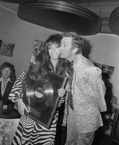 2 september 1970: Shocking Blue krijgt gouden en platina platen in het Hilton Hotel in Amsterdam uit handen van Albert Mol. Mariska Veres, Shocking Blue, September 2, Psychedelic, Cowboy Hats, Couple Photos, Couples, Celebrities, Music