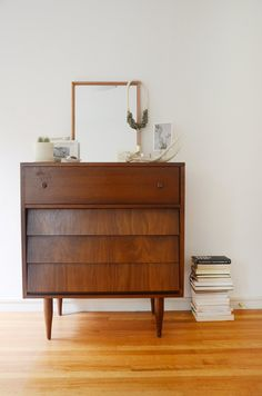 Mid Century Dresser Design Ideas for Your Living Room Design Inspiration Simplicity and natural shape are characteristic of mid-century design. The furniture from the mid-century is understood for its elegant lines and give. Oakland Apartment, Harlem Apartment, Mid Century Dresser, Grand Homes, Expensive Houses, Minimalist Decor, Home Look, Mid Century Design, Furniture Making