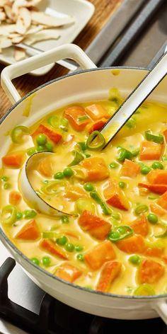Für unsere veganen Köche haben wir ein tolles Rezept kreiert: Veganes Kürbis-Kokos-Curry mit Erbsen und Frühlingszwiebeln.  Viel Spaß beim Kochen.