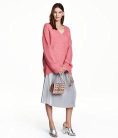 Kolla in det här! En vadlång, plisserad kjol i strukturvävd kvalitet. Kjolen har resår i midjan. Ofodrad. - Besök hm.com för ännu fler favoriter.