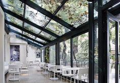 Il Peggy Guggenheim Café, ridisegnato da Hangar Design Group, trova spazio nella veranda prospicente il giardino interno di Palazzo Venier dei Leoni a Venezia