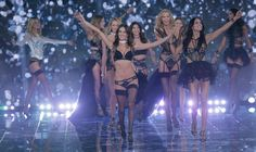 Teatrale, spettacolare e divertente, la versione inglese del The Victoria's Secret Fashion Show che ha stregato Londra.