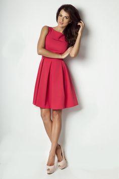Wyjątkowa sukienka z kolorze różu malinowego. Sukienka w kontrafałdy, lekko rozkloszowana. Wykorzystasz ją na wieczorną kolację, przyjęcie lub wesele. http://besima.pl