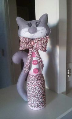 Peso de porta Wine Bottle Crafts, Bottle Art, Crafts To Do, Arts And Crafts, Bunny Crafts, Cat Doll, Sewing Art, Cat Pattern, Easy Sewing Projects