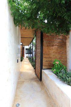 Acceso Peatonal: Pasillo, hall y escaleras de estilo translation missing: mx.style.pasillo-hall-y-escaleras.tropical por FGO Arquitectura