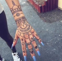 Beautiful Nail Art And Mehandi Designs That You Love To Try on This Eid Henna Tattoo Hand, Henna Tattoo Designs, Henna Tattoos, Mehndi Art Designs, Latest Mehndi Designs, Henna Mehndi, Finger Tattoos, Body Art Tattoos, Henna Designs Easy