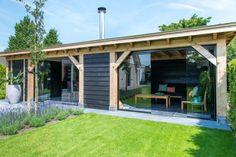 Dubbele houten tuinkamer met berging en loungeset. Genemuiden. www.bronkhorstbuitenleven.nl