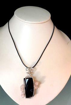 Echtleder Halskette mit handgearbeitetem Anhänger aus Silberdraht gefüllt, Sardonyx und Rosenquarz. Verschluss nickelfrei versilbert.  Preis: 34,00 EUR