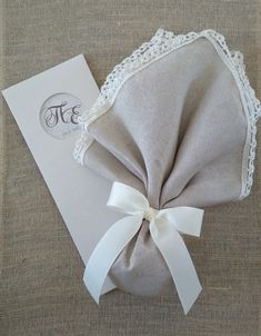 Μαντήλι ζασπέ χρώματος μπεζ, δεμένο με γκρο κορδέλα ιβουάρ. Οι μπομπονιέρες κατασκευάζονται στο κατάστημά μας και γίνονται αλλαγές σε σχέδιο, χρώμα και ύφασμα για να ταιριάζουν με το ύφος του γάμου σας. Jordan, Wedding Ideas, Tableware, Dinnerware, Tablewares, Dishes, Place Settings, Wedding Ceremony Ideas