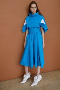 Preen by Thornton Bregazzi Resort 2019 Fashion Show Collection: See the complete Preen by Thornton Bregazzi Resort 2019 collection. Look 2 Fashion Over, Curvy Fashion, Asian Fashion, Runway Fashion, High Fashion, Colourful Outfits, Colorful Fashion, Womens Fashion Stores, Older Women Fashion