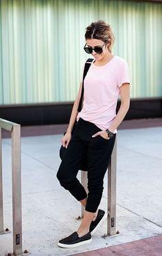 ピンクTシャツと黒のスウェットパンツとスリッポン着こなしコーデ