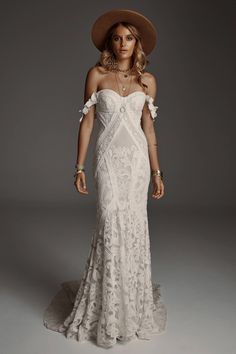 boho wedding dress Poppy Stardust has a form fitting structured bustier with a dramatic full skirt. Fullness kicks out from this low hip point into a full skirt and train. A clean, c Western Wedding Dresses, Bohemian Wedding Dresses, Designer Wedding Dresses, Bridal Dresses, Wedding Gowns, 40s Wedding, Wedding Mandap, Bohemian Bride, Wedding Stage