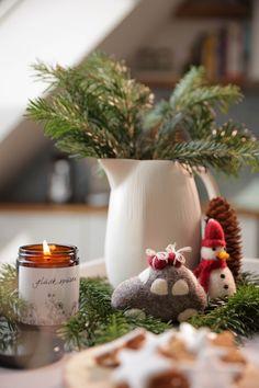 Handgefertigte Kerzen aus Biobienenwachs. Hergestellt in Österreich. Ein natürlicher Duft der jedes Zuhause gemütlich macht. Ein schönes Gastgeschenk oder Weihnachtsgeschenk. Handmade candles from organic beeswax. Made in Austria. A natural scent that makes every home cosy. A nice guest gift or Christmas present. #hyggehome #christmas #hyggezuhause #weihnachten #weihnachtsgeschenk Baby Accessoires, Decoration Table, Hygge, Planter Pots, Thanksgiving, Christmas Ornaments, Holiday Decor, Design, Home Decor