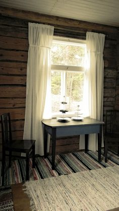 Rustic cottage interior: linen curtains, early 1900s furniture and three-layer trays.