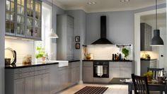 Grått IKEA-kök, skåp med fönster bredvid fönstret, vitt kakel. Så fast mindre storlek (rakt inte L-kök) ska jag ha! :) Golvet kommer att ha stora ljusgrå/beiga kakelplattor.