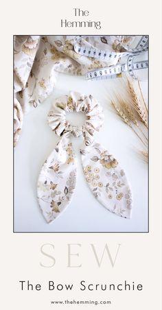 The Bow Scrunchie - Tutorial de costura DIY Sewing Hacks, Sewing Tutorials, Sewing Crafts, Sewing Tips, Tutorial Sewing, Sewing Ideas, Sewing Patterns Free, Free Sewing, Pattern Sewing