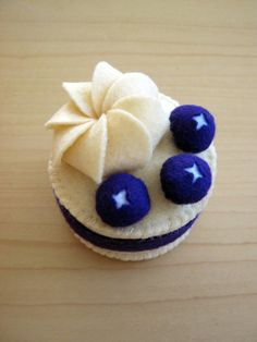 DusiCrafts Fake felt food - blueberry felt cupcake
