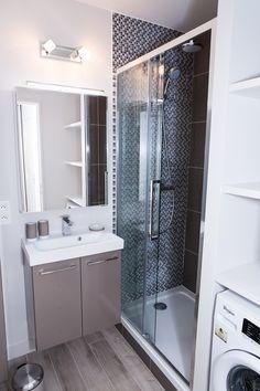 Petite salle de douche optimisée.