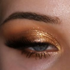 California dream 🥂 Swipe for hypershimmery angle California love palette BFF brown mascara for lower lashes Camille easy lashes bom dia lashes photo) brow wiz taupe glinting buff highlighter (inner corner) mambo eyeliner Glam Makeup, Glitter Eye Makeup, Cute Makeup, Pretty Makeup, Makeup Inspo, Makeup Cosmetics, Makeup Inspiration, Beauty Makeup, Gold Glitter Eyeshadow