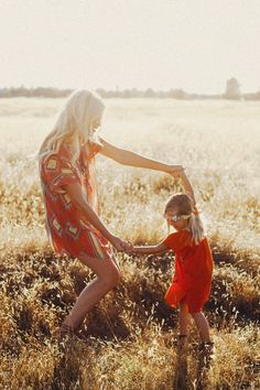 Love this for mother daughter! Mom Daughter Photography, Mommy Daughter Pictures, Mother Daughter Pictures, Family Photography, Photography Poses, Children Photography, Mother Daughters, Daddy Daughter, Mother Son