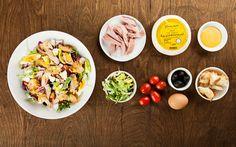 Чиабатту (200г) разломайте руками нанебольшие кусочки, выложите назастеленный пергаментом противень иуберите вразогретую до180 °С духовку на15 минут. Два яйца отварите вкрутую.