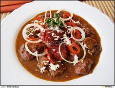 Ze 3 PL sádla a 4 PL hladké mouky si uděláme tmavou jíšku a dáme bokem na později.      Na rozpáleném zbytku sádla si v hrnci orestujeme... Czech Recipes, Ethnic Recipes, New Menu, Thai Red Curry, Stew, Chili, Treats, Cooking, Health
