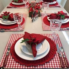 20 Beautiful Examples of Christmas Napkins Christmas Table Settings, Christmas Tablescapes, Christmas Table Decorations, Decoration Table, Christmas Napkins, Christmas Lunch, Christmas Diy, Table Etiquette, Beautiful Table Settings