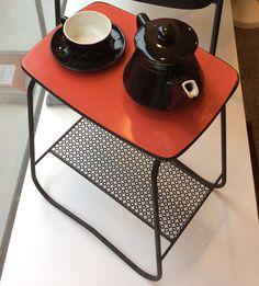 punamusta pikkupöytä 50 ja 60 luvun taitteesta . korkeus 51cm . leveys 43cm . syvyys 32cm . @kooPernu
