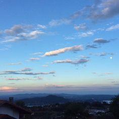 Il cielo sopra #Nebbiuno prima del tramonto di oggi. Se abbiamo tradotto bene il messaggio in fransé di Rosanna :)