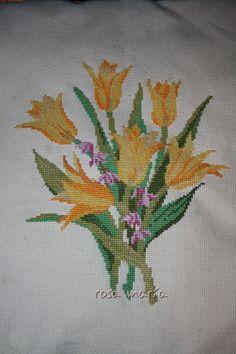 Cojín tulipanes en punto de cruz (detalle)