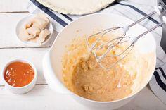 Marzipan in kleine Würfel schneiden und zusammen mit dem Puderzucker, dem Eiweiß und der Konfitüre in einer Schüssel mit dem Rührgerät verquirlen.