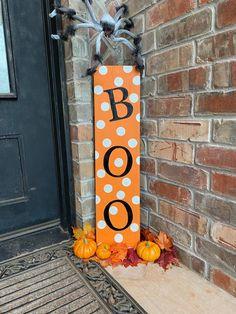 Boo Halloween, Halloween Wood Crafts, Farmhouse Halloween, Theme Halloween, Halloween Signs, Outdoor Halloween, Diy Halloween Decorations, Valentine Decorations, Fall Crafts